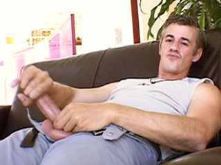 Gay Solo Masturbation : Married man from Paris gets naked and jerks off his thick knob!