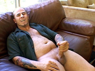 Gay Solo Masturbation : Studly guy Justin Snyder whacks off his large meaty rod!