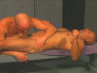 Gay Mature Men : Musclebound bear gets fucked by huge lad in the locker room!