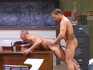 Gay Big Dick : Jock Zachery Scott fucks his coach Mike Radcliff from behind over desk!