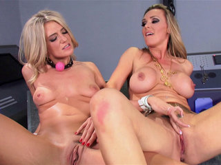 Lesbian Seduction : Amanda Tate and Tanya Tate cosplay pron battle!